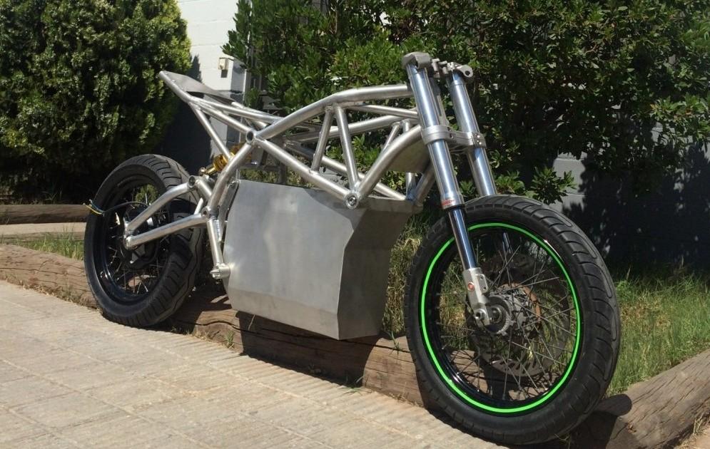 Motocicleta BRUC03